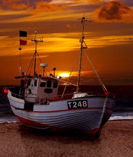 Fiskekutter i solnedgang på Thorup Strand